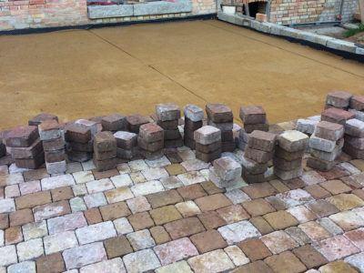 Verlegung von Steinen für eine Gartenterrasse